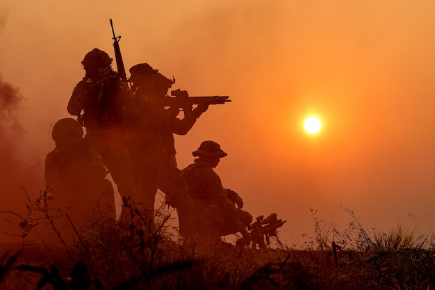 Sylwetka żołnierza Wojskowego Z Zachodem Słońca Premium Zdjęcia