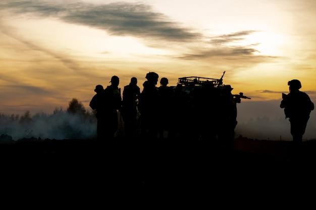 Sylwetka żołnierzy Akcji Chodzenia Trzymać Broń Premium Zdjęcia