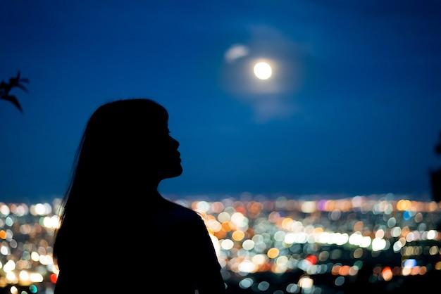Sylwetki Kobiety Portret Z Księżyc W Pełni W Miasto Nocy światła Bokeh Tle Premium Zdjęcia