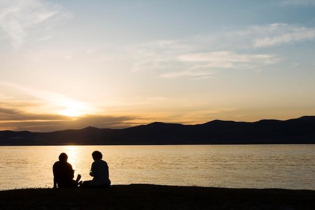 Sylwetki Ludzi I Plaży Podczas Zachodu Słońca Darmowe Zdjęcia