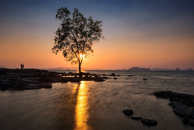Sylwetki Ludzi Oglądających Pejzaż Morski O Zachodzie Słońca Wyspy Koh Kwang H W Krabi, Tajlandia Premium Zdjęcia