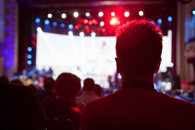 Sylwetki Na Koncercie Przed Jasnymi światłami Scenicznymi Premium Zdjęcia