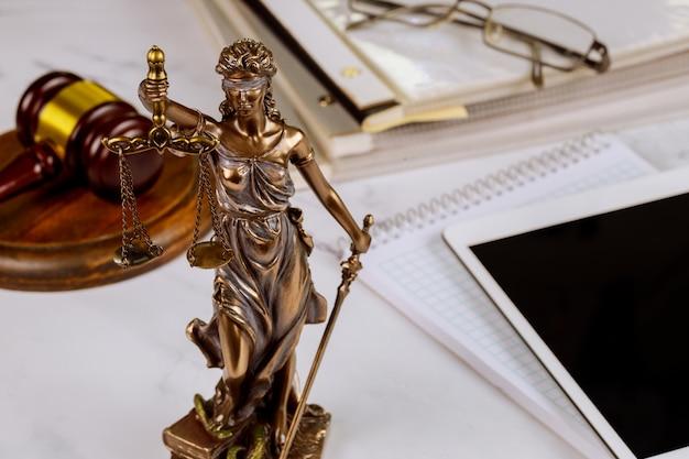 Symbol Statuy Sprawiedliwości, Kancelaria Prawna Na Cyfrowym Tablecie Premium Zdjęcia