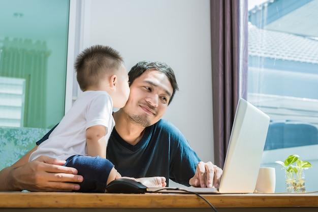 Syn Całuje Ojca Podczas Korzystania Z Internetu. Koncepcja Ludzi I Styl życia. Premium Zdjęcia