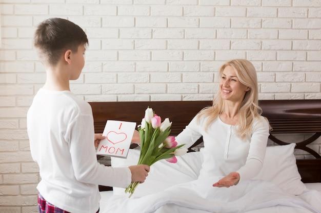 Syn Daje Kwiaty Swojej Matce Darmowe Zdjęcia
