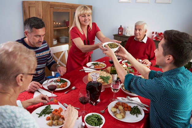 Syn Pomaga Matce Na świątecznym Obiedzie Darmowe Zdjęcia