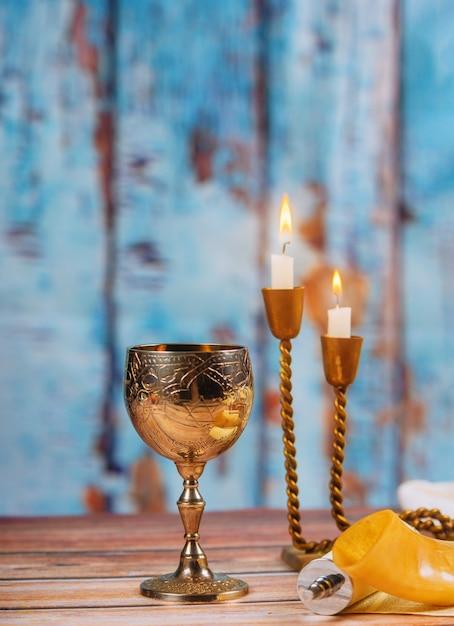 Szabat chałka chleba wino i świeczki na drewnianym stole Premium Zdjęcia
