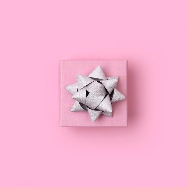 Szablon urodziny boże narodzenie nowy rok. piękne pudełko na pastelowym różowym tle papieru. Premium Zdjęcia