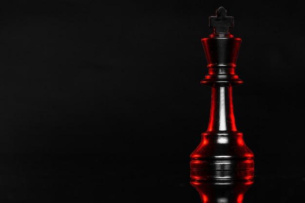 Szachowi Kawałki Na Ciemnym Tle Z Czerwonym Backlight Zakończeniem Up Premium Zdjęcia