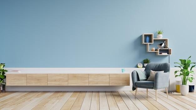 Szafka tv w nowoczesnym salonie, wnętrze jasnego salonu z fotelem na pustej niebieskiej ścianie. Premium Zdjęcia