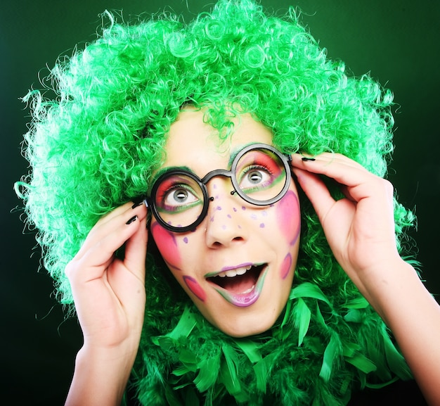 Szalona Kobieta Na Zielonym Tle Premium Zdjęcia
