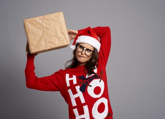 Szalona Kobieta Z Dużym Prezentem Bożonarodzeniowym Darmowe Zdjęcia
