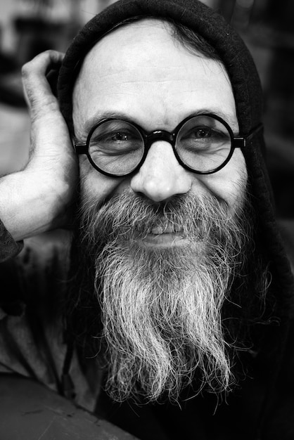 Szalony Naukowiec Portret Zbliżenie W Czerni I Bieli, Beared Szczęśliwy Starzec Premium Zdjęcia