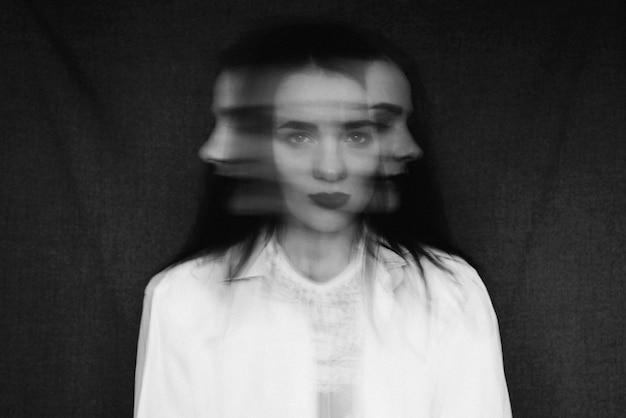 Szalony Portret Dziewczynki Z Zaburzeniami Psychicznymi I Rozdwojoną Osobowością Premium Zdjęcia