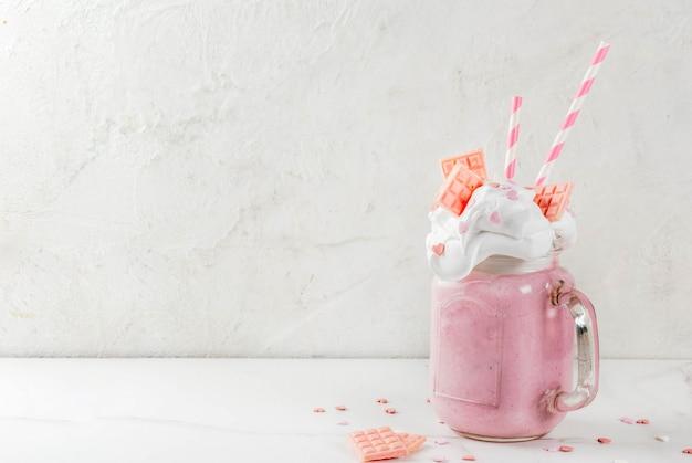 Szalony Shake, Romantyczny Milkshake Na Walentynki Z Truskawkami, Białą Czekoladą I Cukierkami Serca Na Białym Tle, Lato Premium Zdjęcia