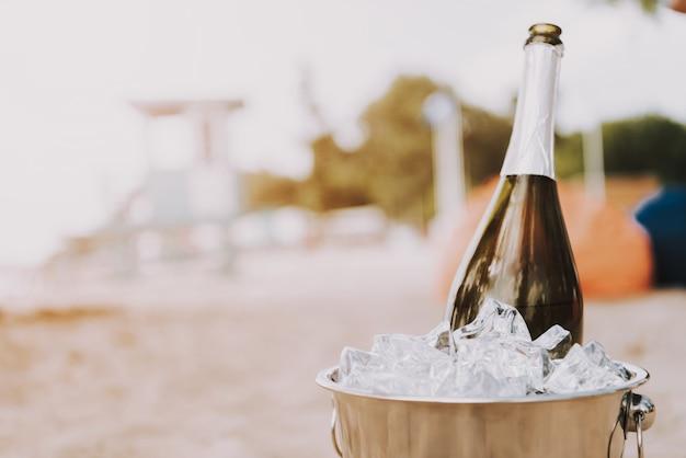 Szampan W Lodowym Wiaderku Luksusowy Urlop Na Plaży Premium Zdjęcia