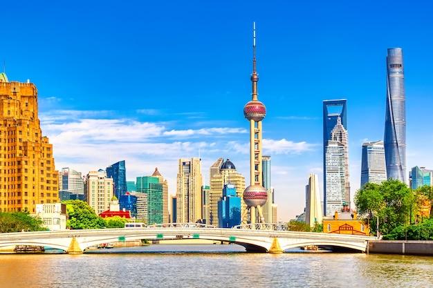 Szanghaj Pudong Panoramę Z Historycznym Mostem Waibaidu Premium Zdjęcia