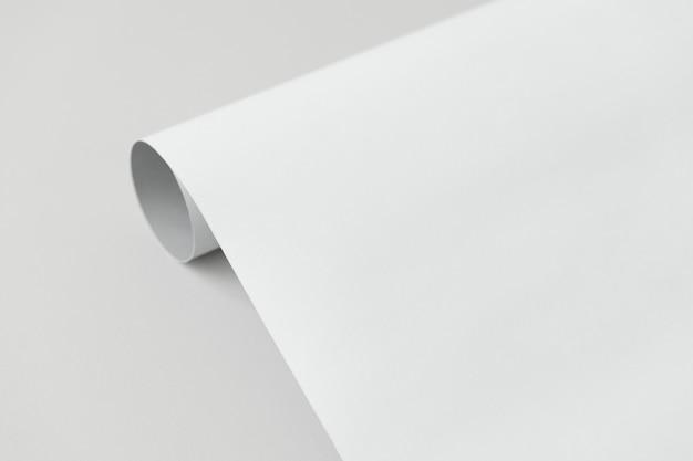 Szaro-biały Papier W Rolce Na Szarym Tle Darmowe Zdjęcia
