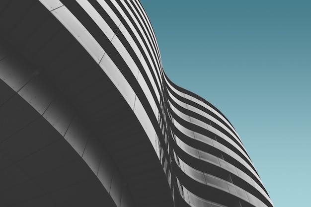 Szary Betonowy Budynek Pod Niebieskim Niebem Darmowe Zdjęcia