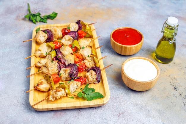 Szaszłyk Drobiowy Z Warzywami, Keczupem I Sosem Majonezowym Darmowe Zdjęcia