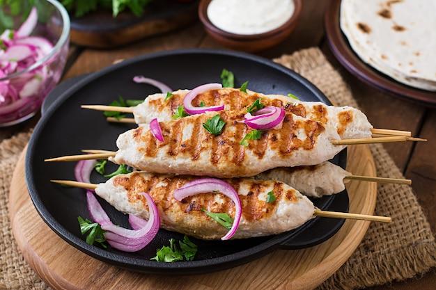 Szaszłyk Z Kurczaka Z Grillowanymi Warzywami Premium Zdjęcia