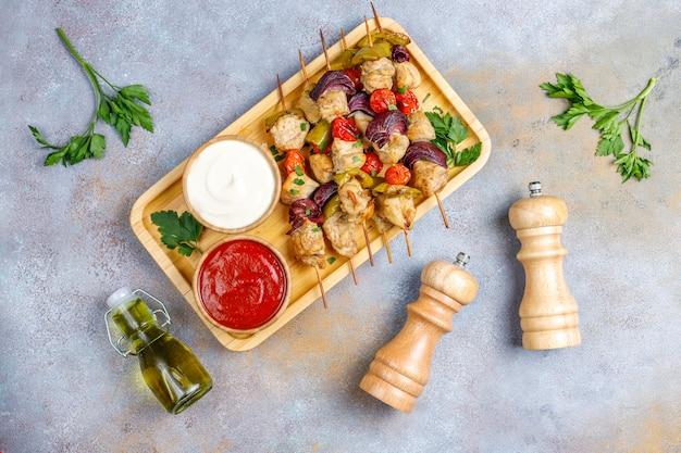 Szaszłyk Z Kurczaka Z Warzywami, Keczupem, Majonezem, Widok Z Góry Darmowe Zdjęcia