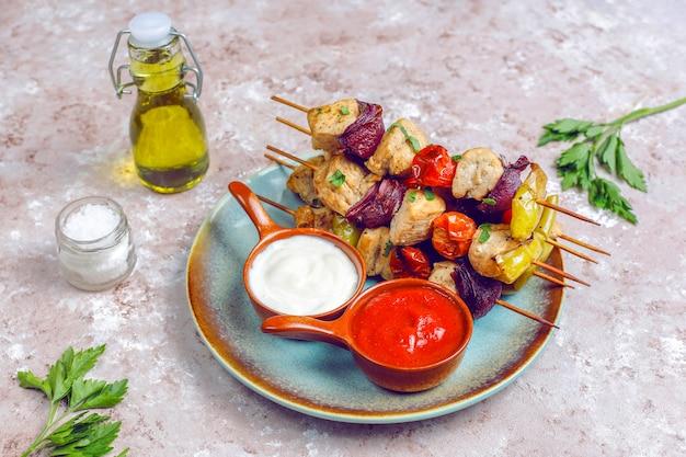 Szaszłyk Z Kurczaka Z Warzywami, Keczupem, Majonezem Darmowe Zdjęcia