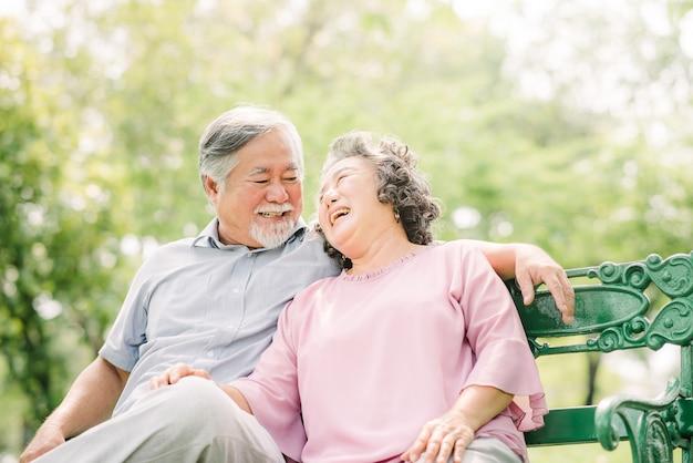 Szczęśliwa Azjatycka Starsza para śmia się Premium Zdjęcia