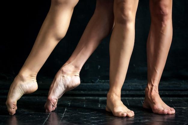 Szczegół Baleriny Nogi Na Czarnej Drewnianej Podłoga Darmowe Zdjęcia
