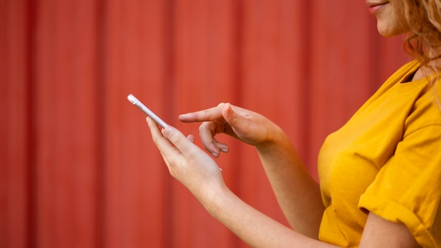 Szczegół Dziewczyna Z Smartphone Darmowe Zdjęcia