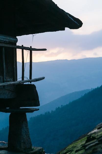 Szczegół Horreo Typowa Budowa Wioska Z Widokami Halna Dolina Z Lasem Przy Wschodem Słońca Premium Zdjęcia