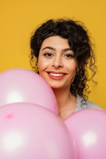 Szczegół Kobieta Pozuje Z Balonami Darmowe Zdjęcia