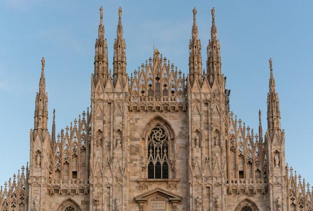 Szczegół Mediolańska Katedra Na Niebieskim Niebie, Mediolan (mediolan Duomo), Włochy (mediolański Duomo) Premium Zdjęcia