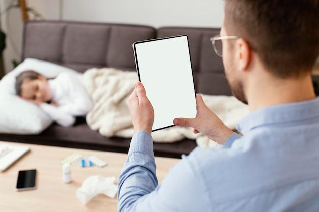 Szczegół Mężczyzna Trzyma Tabletkę Darmowe Zdjęcia