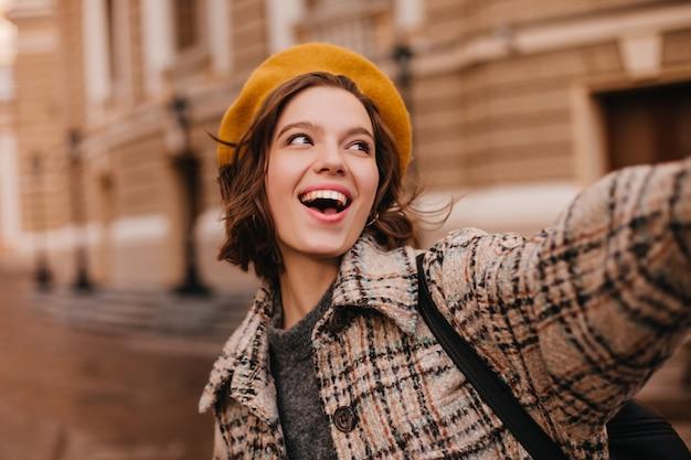 Szczegół Portret Emocjonalnej Paryskiej Kobiety W Płaszczu I Berecie Darmowe Zdjęcia