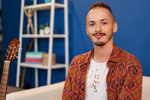 Szczegół Portret Młodego Mężczyzny Stylowe Z Dredami Fryzurę Premium Zdjęcia