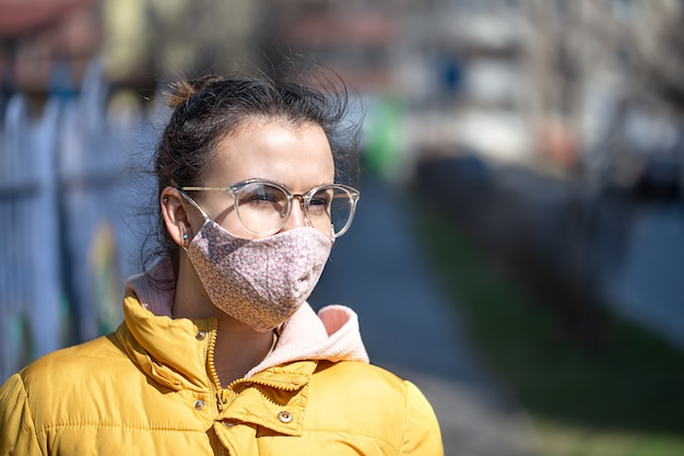Szczegół Portret Młodej Kobiety W Masce Podczas Pandemii. Koronawirus (covid-19 . Pojęcie Opieki Zdrowotnej Podczas Epidemii Lub Pandemii Darmowe Zdjęcia