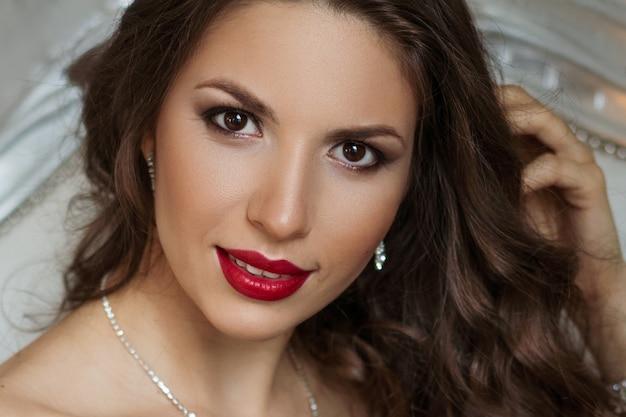 Szczegół Portret Pięknej Kobiety Z Makijażem I Czerwonymi Ustami, Piękne Włosy Darmowe Zdjęcia