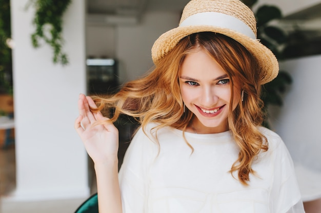 Szczegół Portret Szczęśliwa Niebieskooka Dziewczyna Bawi Się Z Kręconymi Włosami Darmowe Zdjęcia