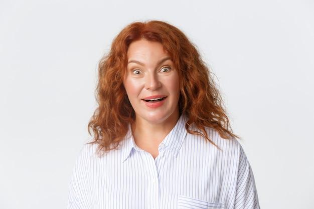 Szczegół Portret Zaskoczony Rude Kobiety W Bluzce Premium Zdjęcia
