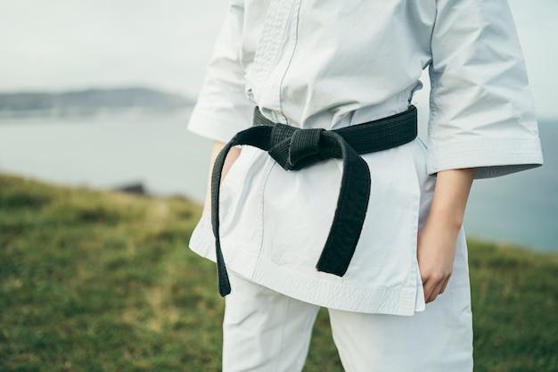 Szczegół Potomstwa Młodzi Karate Atlety Czarny Pasek I Kimono Premium Zdjęcia