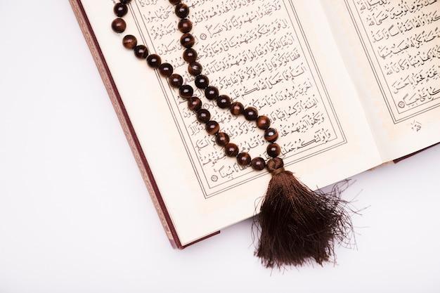 Szczegółowy Koran Otwarty Na Stole Darmowe Zdjęcia