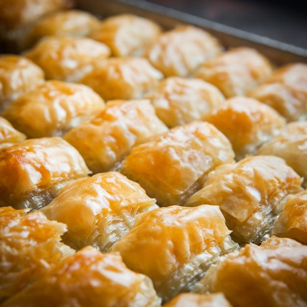 Szczegółowy Turecki Deser Baklava Wykonany Z Cienkiego Ciasta, Orzechów I Miodu Darmowe Zdjęcia