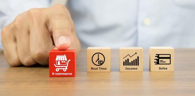 Szczelnie-do Góry Rękę Wybierając Kostki Drewniane Zabawki Klocki Z Franczyzy Sklepu Biznesowego I Ikony E-commerce. Premium Zdjęcia