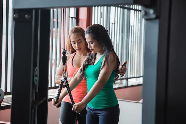 Szczery Widok ćwiczy Triceps Pushdown Z Trai Młoda Kobieta Premium Zdjęcia