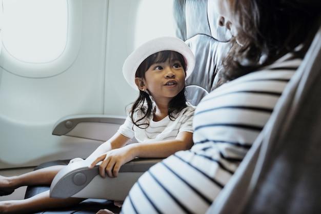 Szczęście Azjatykcia Mała Dziewczynka W Samolot Kabinie Premium Zdjęcia