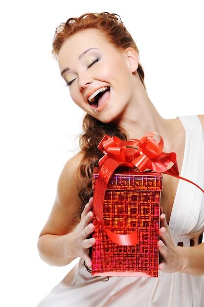 Szczęście Pięknej Kobiety Trzymającej Czerwone Pudełko I Patrząc W Górę Darmowe Zdjęcia