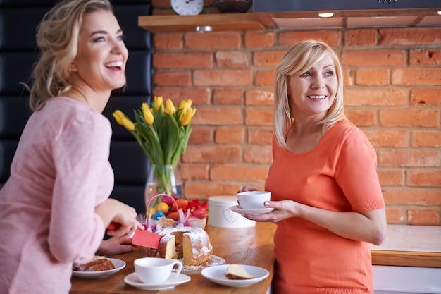 Szczęście Ze Wspólnego Spędzania świąt Wielkanocnych Darmowe Zdjęcia