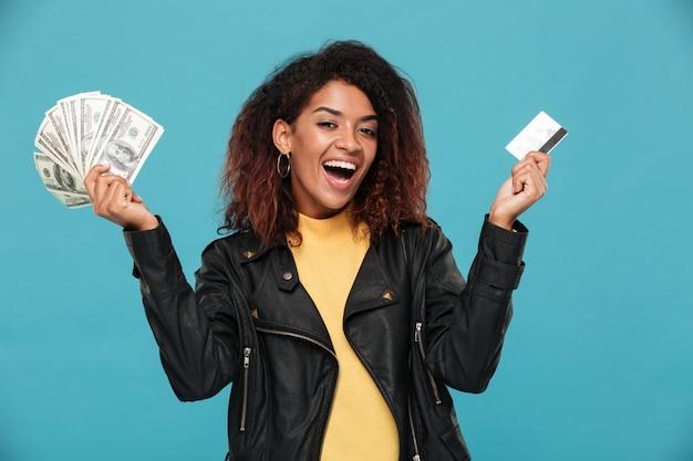 Szczęśliwa Afrykańska Kobieta Trzyma Pieniądze W Skórzanej Kurtce Darmowe Zdjęcia