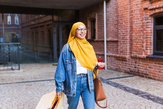 Szczęśliwa Arabska Muzułmańska Dziewczyna Z Torby Na Zakupy Premium Zdjęcia